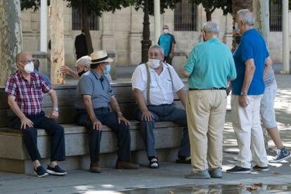 Un grupo de jubilados en Sevilla, a principios de septiembre.
