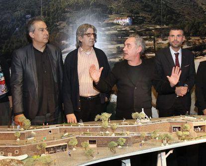 De izquierda a derecha, el arquitecto Enric Ruiz Geli ; Juli Soler; el chef Ferran Adrià; y el consejero de Territorio, Santi Vila, durante la presentación elBulli1846.