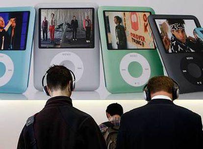 Los clientes prueban en octubre pasado un nuevo modelo de iPod nano en una tienda Apple de San Francisco.