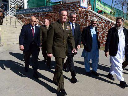 El general estadounidense Joseph Dunford abandona la reunión de la Loya Jirga en Kabul.