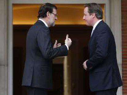 El presidente, Mariano Rajoy, conversa con su homólogo británico, David Cameron.