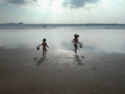 Por qué el naturismo es bueno para los niños