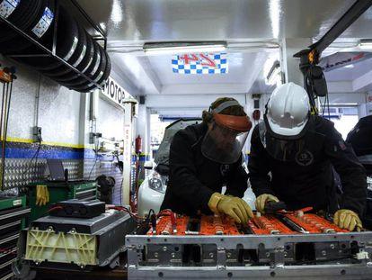 Chus y Antonio, dueños de Motor Cebis, un taller especializado en coches híbridos y eléctricos en Alcorcón (Madrid).