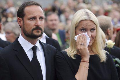 Los príncipes de Noruega, Hakoon y Mette-Marit, en la <i>marcha de la rosa</i> por las víctimas.