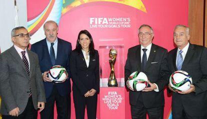 Blanco, Del Bosque, Cruz, Temprado y Quereda, junto a la Copa del Mundo, en Las Rozas.