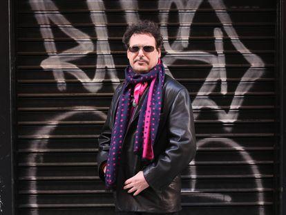 J.D. Shapiro, guionista estadounidense que participa en la décima edición del festival CutreCon, posando cerca de su casa en el centro de Madrid.