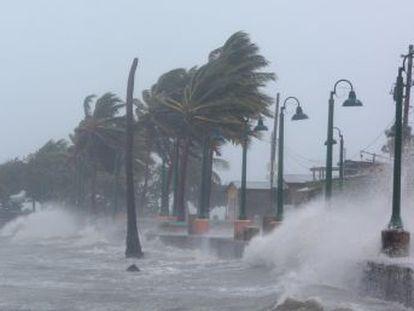 El huracán del siglo devasta Barbuda, roza Puerto Rico con vientos de 295 kilómetros por hora y avanza sin perder su categoría de peligro extremo hacia Cuba y con Florida en el centro de la diana