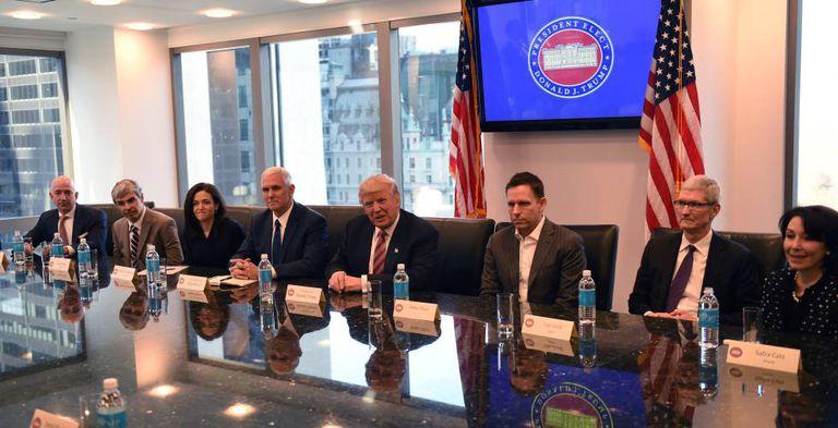 Peter Thiel, fundador de Palantir, sentado a la izquierda del presidente Donald Trump, junto a otros líderes de empresas tecnológicas en la Torre Trump en diciembre de 2016.