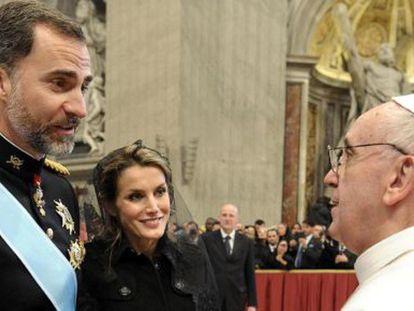 Felipe y Letizia saludan al Papa en marzo de 2013.