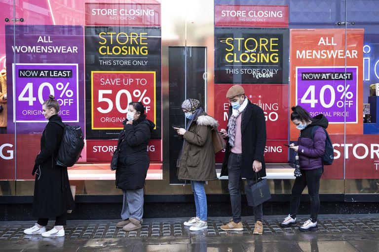 Cola de clientes para entrar a los almacenes Debenhams de Oxford Street (Londres).