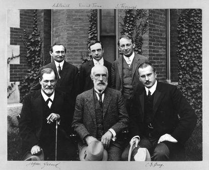 Jung, sentado a la derecha, junto a Sigmund Freud y a otros psicoanalistas en la Universidad de Clark en 1909.