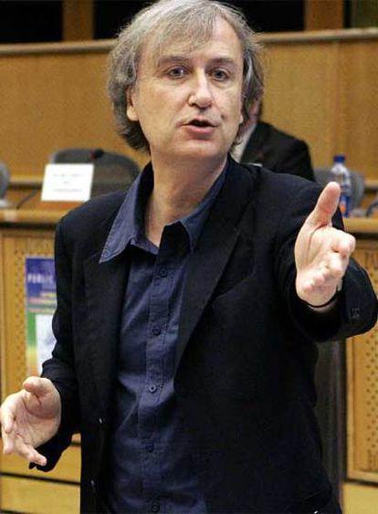 Plantu, dibujante de <i>Le Monde,</i> interviene ayer en el Parlamento Europeo.