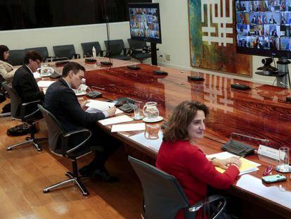 Pedro Sánchez mantiene una videoconferencia con los presidentes autonómicos.