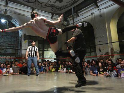 Joey Fox propina una patada el Rob Roy durante uno de los combates.