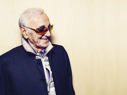 Charles Aznavour posa para ICON con gafas mezcla de esquiador y Phil Spector y plumas bajo el abrigo.
