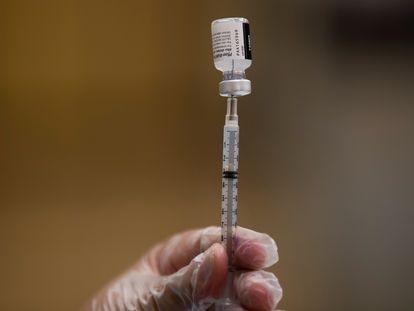 Una enfermera prepara una vacuna contra la covid.