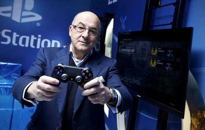 James Armstrong con el mando de PS4.