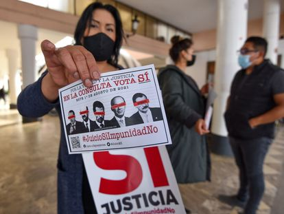 Un grupo de personas se manifiesta a favor de la consulta popular para someter a la justicia a los expresidentes mexicanos, en Toluca.