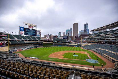 Vista general del Target Field donde este lunes fue pospuesto el partido de béisbol entre Minnesota Twins y Boston Red Sox.