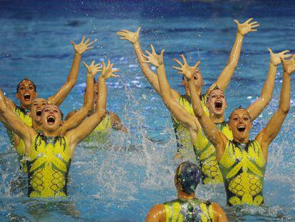 El equipo español de natación artística durante su ejercicio de rutina libre en el Preolímpico de Barcelona.