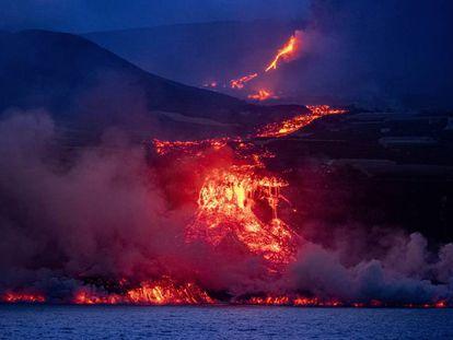 La colada de lava proveniente del volcán de La Palma se precipita por el acantilado, este miércoles, iniciando la formación de una plataforma volcánica.