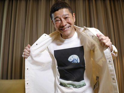 El multimillonario japonés Yusaku Maezawa posa el miércoles en Tokio con una camiseta en la que se ve una imagen de la Tierra tomada desde la Luna.