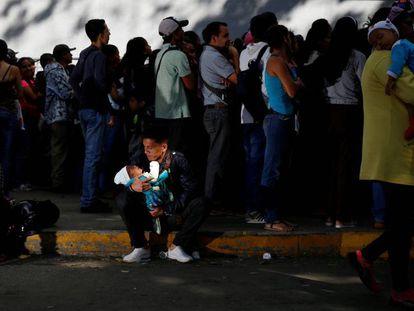 Fila en una tienda de comestibles en Caracas.