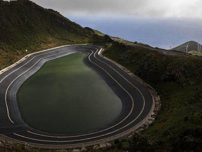 Depósito superior de la central de Gorona del Viento en la isla de El Hierro.