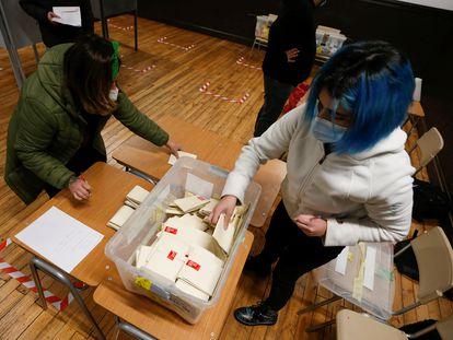 Autoridades electorales cuentan las papeletas tras el cierre de las urnas en las elecciones constituyentes del 15 y 16 de mayo pasado, en Valparaíso, Chile.