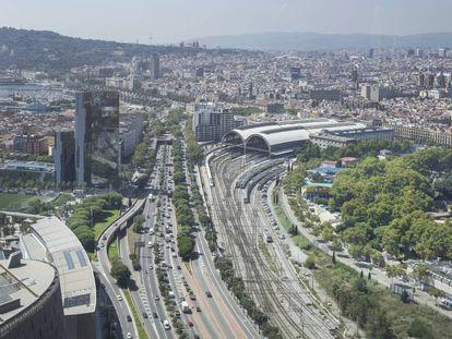 El recinto del zoo de Barcelona, en el parque de la Ciutadella, junto a las vías de la Estación de Francia y a la Ronda Litoral.