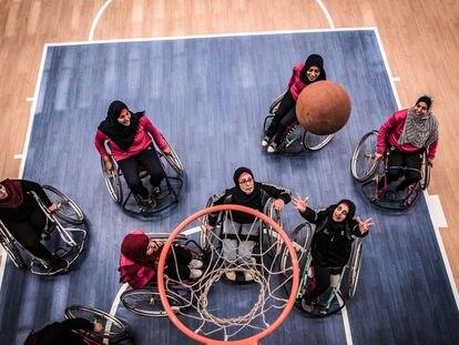 El equipo de baloncesto paralímpico femenino entrena en el polideportivo La Paz, para personas con discapacidad, algunos heridos durante el conflicto.