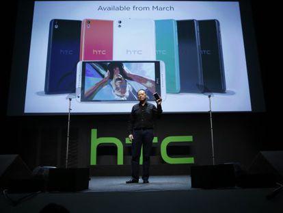 Peter Chou presentando el HTC Desire 816 en el MWC 2014.