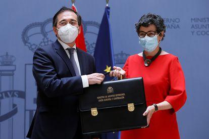 El ministro de Asuntos Exteriores, Unión Europea y Cooperación, José Manuel Albares, recibe la cartera ministerial de manos de su predecesora, Arancha González Laya, el pasado día 12 en Madrid.
