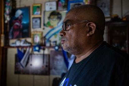 Álvaro Conrado delante de fotos y caricaturas de su hijo, asesinado en 2018, en su casa de Managua.