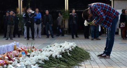 Un hombre rinde homenaje a las víctimas de un ataque terrorista en Kunming, en la provincia china de Yunnan, el viernes.