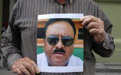 Un hombre sujeta una imagen del periodista Rocardo Monlui.