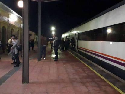 Los pasajeros esperan en el tren durante horas.