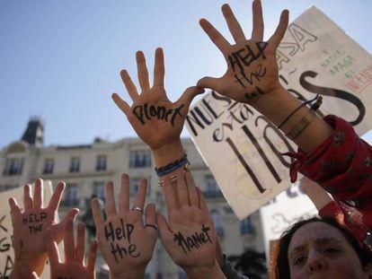 Protesta de jóvenes contra el cambio climático frente al Congreso de los Diputados.