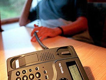 Un hombre conversa por teléfono.