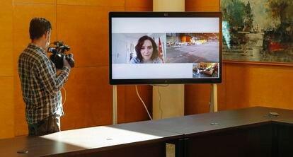 Isabel Díaz Ayuso participa en una teleconferencia desde su apartotel.