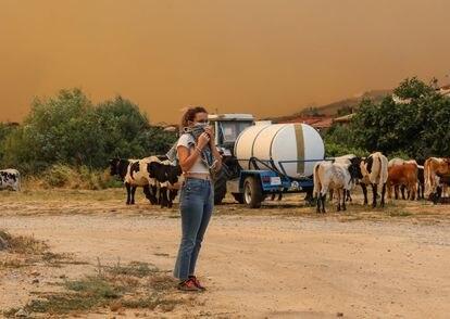 Una joven mira el incendio en Navalmoral de la Sierra (Ávila).