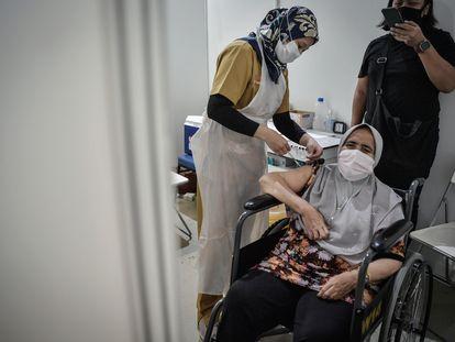 Una mujer recibe la vacuna contra la covid-19 en Kuala Lumpur, Malasia, el 28 de mayo de 2021.