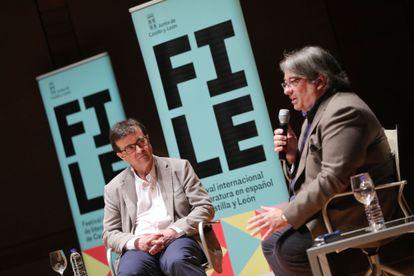 Javier Cercas escucha a Jesús Ruiz Mantilla en la jornada inaugural del Festival Literario de Castilla y León celebrada en Valladolid.
