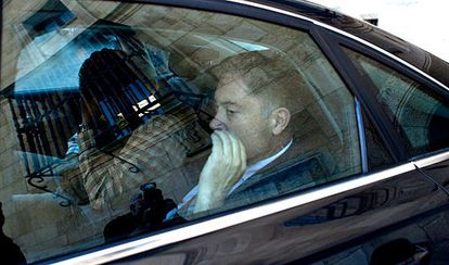 El presidente de la Diputación de León, Marcos Martinez, a su salida del edificio en un coche acompañado por miembros de la Guardia Civil.