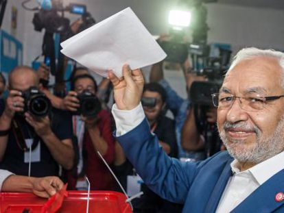 Ghanuchi, líder del partido islamista moderado Ennahda, vota.
