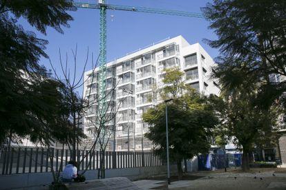Construcción de viviendas sociales en Barcelona, en enero de 2020.
