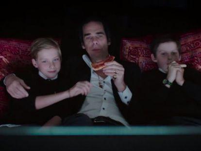 Nick Cave con sus dos hijos en el documental '20.000 días en la Tierra'. Arthur es el de la izquierda.