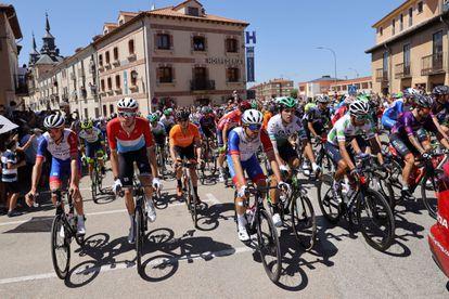 El pelotón durante la cuarta etapa de La Vuelta a España, de 163,9 km, que discurre entre las localidades de El Burgo de Osma y Molina de Aragón.