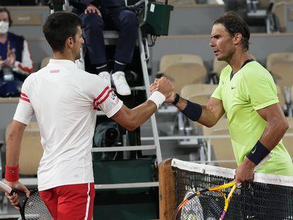 Djokovic y Nadal se saludan en la red tras finalizar el partido.