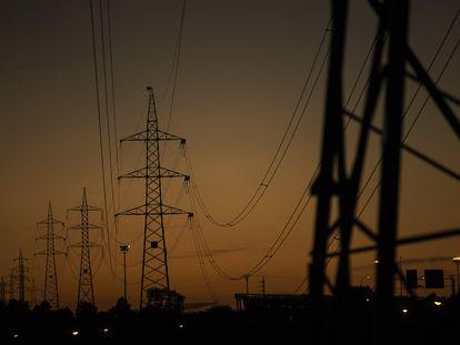 Tendidos eléctricos que parten de la subestación de Iberdrola de Fuencarral, en la zona norte de Madrid.